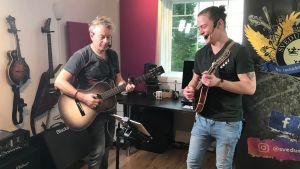 Mats Prost och Andreas Rantala uppträder som Svedu och Pelle