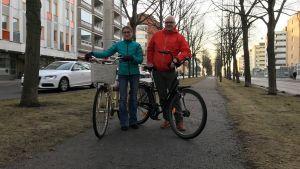Minttu och Justus Kelloniemi med sina cyklar mitt på Handelsesplanaden.