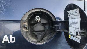 Både gas- och bensintank finns i den här bilen