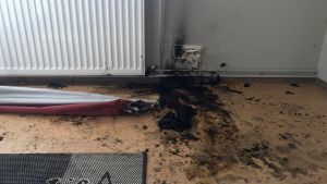 Eluttag smalt i värmen när gardinen brann