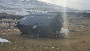 En bil har vält i stormen i Svinadalur på Island.