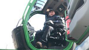 Christian Blomqvist sitter uppe i hytten i sin skogsmaskin