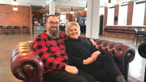 Harri och Marjo Höglund sitter i sin festlokal