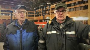 Per-Erik och Sven Fagerlund i sitt traktormuseum