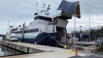 Förbindelsebåten M/S Baldur vid Nagu hamn.