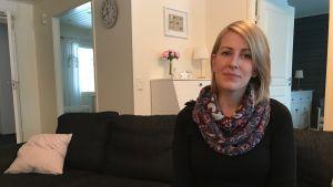 Camilla Järvinen sitter i soffan.