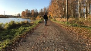 Henok Ekblad går längs med grusväg.