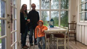 Anna, Magnus och Arvid Dahlbacka i husets farstu.