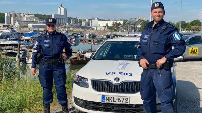 Två Poliser vid en båthamn.