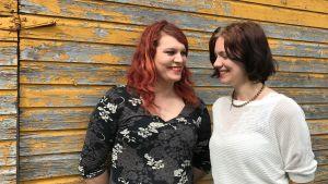 Jessica och Camilla Wiklund framför uthusets dörr.