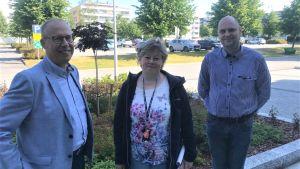 Projektledare Jarmo Nissi, stadsdirektör Stina Mattila och utvecklingsdirektör Jonne Sandberg i Karleby