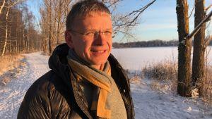 Lars Losvik i vinterlandskap.