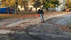 Henok Ekblad åker skateboard.