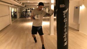 Tomas Vesalainen tränar med en boxningssäck