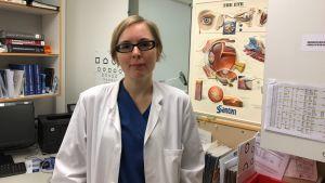 Ögonläkare Emma Brusquini vid sitt skrivbord.