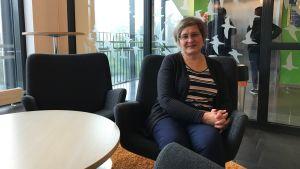Alice Backstöm sitter på en stol och tittar mot kameran.