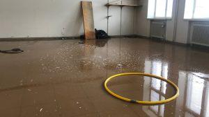 Vatten på golvet i ett klassrum i nedlagda Ristikari skola i Jakobstad.