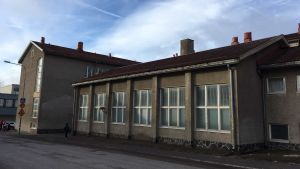 Fasad på rappad skolbyggnad.