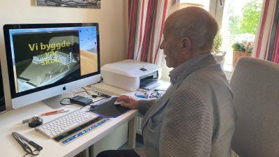 Äldre man framför dator.