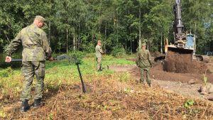 Puolustusvoimien edustajat tarkastamassa maastoa räjähteiden varalta elokuussa 2019
