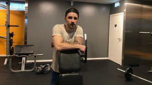 Tomas Vesalainen pustar ut i konditionssalen