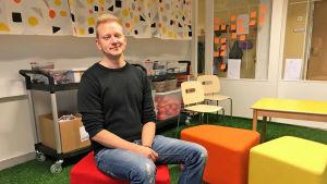 Tobias Björkskog på en stol i labbet.