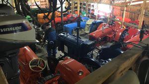 Ett antal traktorer samlade i en hall