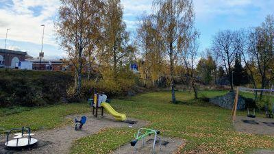 Lekplats, i bakgrunden Smedsby centrum.