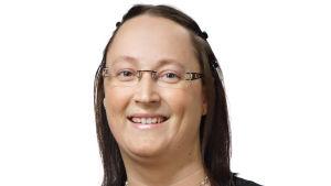 Porträtt på kvinna med mörkt hår