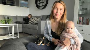 Maria Thors med dottern Astrid i famnen.