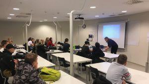 Åk 9SB har lektion i Campus Allegro