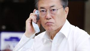 Sydkoreas president Moon Jae-In ar varit tvungen att inta en tuffare hållning gentemot Nordkorea. Här talar har med Japans premiärminister Shinzo Abe