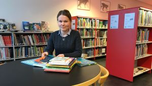 Anna-Maija Koskimies i biblioteket med barnböcker.