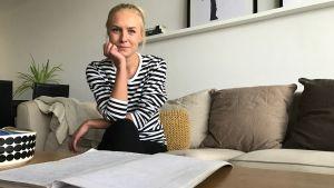 Ella Vahtiala med hennes anteckningar från hembesöken.