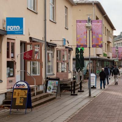 Torggatan i Mariehamn en halvklar dag.