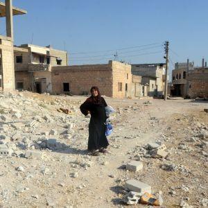 Kvinna i den strategiska staden Khan Sheikhun i provinsen Idlib 24.8.2019. Syriska regeringsstyrkor har tagit över kontrollen av staden.