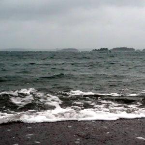 Ruggigt höstväder över ett mörkt hav.