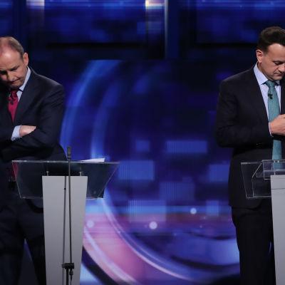 Micheal Martin ja Leo Varadkar katsovat poispäin toisistaan.