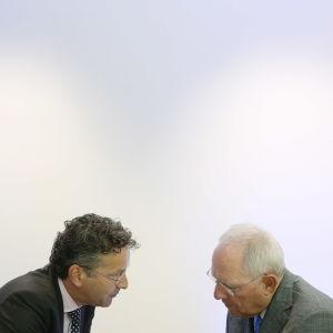 Eurogruppens ordförande Jeroen Dijsselbloem (till vänster) och Tysklands finansminister Wolfgang Schäuble vid eurogruppens möte i Luxemburg den 15 juni 2017.