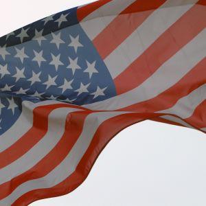 Den amerikanska flaggan vajar.