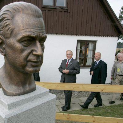 En skulptur föreställande Dag Hammarskjöld avtäcktes på Backåkra den 29 juli 2005. Den dåvarande statsministern Göran Persson i bakgrunden.
