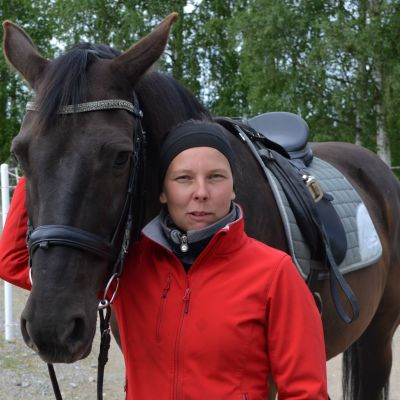 Hanna Pakkala ja lämminverinen hevonen Champion, eli Samu.