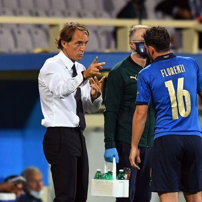 Päävalmentaja Roberto Mancini antaa ohjeita Alessandro Florenzille.