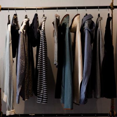 Kläder som hänger på en klädstång.