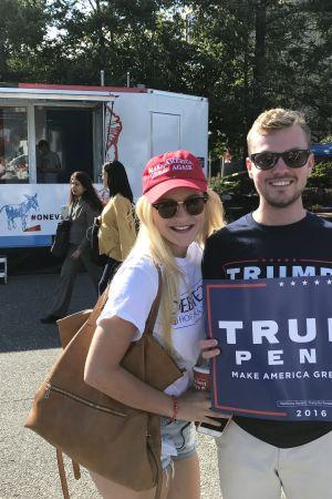 Michael Rooney och Taylor Urisko håller upp en Trumpskylt på Hofstrauniversitetet före den första valdebatten 2016.