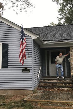 William Wood står utanför sitt hus i New Jersey i USA.