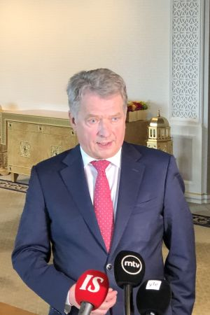 President Sauli Niinistö bakom kamerorna på presskonferens i New York