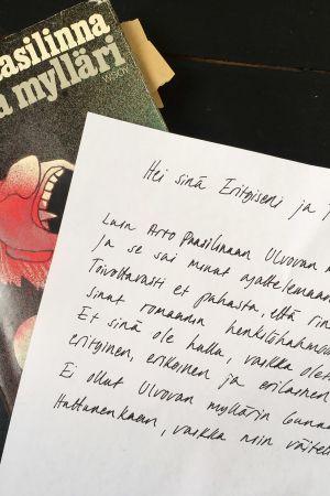 Arto Paasilinnan romaani Ulvova mylläri, jonka päällä on sen innoittamana syntynyt kirje.