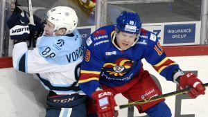 Jokerits Roope Talaja ger en Novosibirsk-spelare en smäll