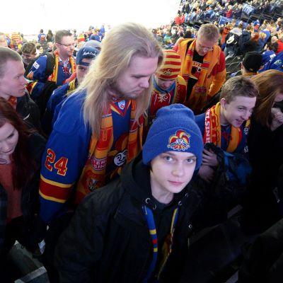Jokerit-supportrar marscherar ut från matchen mot Spartak Moskva.